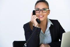 Conceito do negócio - mulher de sorriso com portátil, originais e telefone no escritório No fundo branco Fotografia de Stock Royalty Free
