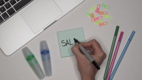 Conceito do negócio Mulher que escreve o SALÁRIO no bloco de notas Portátil na tabela vídeos de arquivo