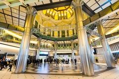 Conceito do negócio para bens imobiliários e a construção incorporada - olhar acima a vista na estação de tokyo com a multidão de Fotografia de Stock