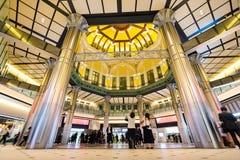 Conceito do negócio para bens imobiliários e a construção incorporada - olhar acima a vista na estação de tokyo com a multidão de Imagens de Stock