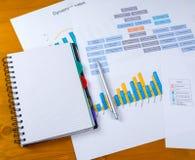 Conceito do negócio Pena das cartas, do caderno e de esferográfica no desktop foto de stock