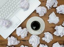 Conceito do negócio Portátil, papel da xícara de café Fotos de Stock Royalty Free