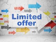 Conceito do negócio: seta com oferta limitada no fundo da parede do grunge Fotos de Stock