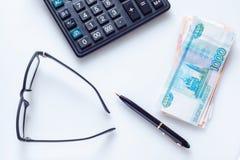 Conceito do negócio: vidros, pena, calculadora e dinheiro Foto de Stock Royalty Free
