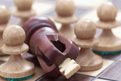 Conceito do neg?cio da vit?ria ou da derrota, do tabuleiro de xadrez da perda e das figuras do rei e dos penhores imagens de stock