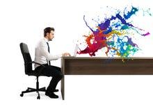 Conceito do negócio criativo com o homem de negócios que trabalha com portátil Foto de Stock