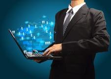Conceito do negócio da tecnologia no portátil do computador nas mãos Fotografia de Stock