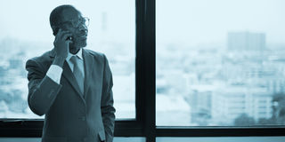 Conceito do negócio de negócio de Talking Mobile Phone do homem de negócios Imagens de Stock