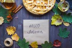 Conceito do outono Torta com outono de Peaches Autumn Foliage Tea Honey Diary olá! fotos de stock