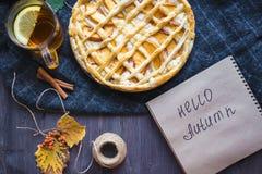 Conceito do outono Torta com outono de Peaches Autumn Foliage Tea Honey Diary olá! imagens de stock royalty free