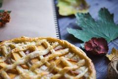 Conceito do outono Torta com Peaches Autumn Foliage Diary On um fundo de madeira imagens de stock royalty free