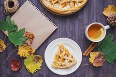 Conceito do outono Torta com Peaches Autumn Foliage Tea Honey Diary em um fundo de madeira fotografia de stock royalty free