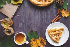 Conceito do outono Torta com Peaches Autumn Foliage Tea Honey Diary em um fundo de madeira foto de stock