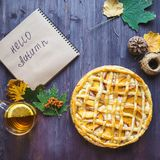 Conceito do outono Torta com Peaches Autumn Foliage Tea Honey Diary em um fundo de madeira imagens de stock