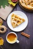 Conceito do outono Torta com Peaches Autumn Foliage Tea Honey Diary em um fundo de madeira foto de stock royalty free