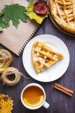 Conceito do outono Torta com Peaches Autumn Foliage Tea Honey Diary em um fundo de madeira fotos de stock royalty free
