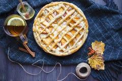 Conceito do outono Torta com Peaches Autumn Foliage Tea Honey On um fundo de madeira foto de stock royalty free