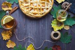 Conceito do outono Torta com Peaches Autumn Foliage Tea Honey On um fundo de madeira imagens de stock royalty free