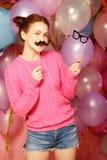 Conceito do partido: menina feliz com bigodes e vidros falsificados fotos de stock