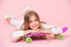 Conceito do passatempo dos adolescentes A menina gosta de montar o skate e o estilo de vida desportivo Menina na cara de sorriso  Imagens de Stock