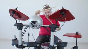 Conceito do passatempo e da música Homem novo que tem o divertimento que joga o cilindro eletrônico Kit At Home filme