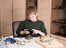 Conceito do passatempo e do lazer Menino adolescente com o smartphone que toma o pictu Fotos de Stock