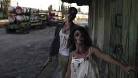 Conceito do película do horror de Dia das Bruxas Imagem do homem assustador e fantasma fêmea ou zombi que andam com cara ferida e video estoque