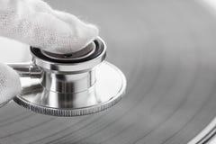 Conceito do perito da música velha no vinil com som análogo fotos de stock