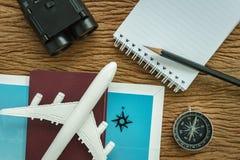 Conceito do planeamento do curso com avião, passaporte, compasso, binocu Fotos de Stock