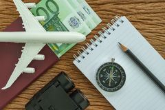 Conceito do planeamento do curso com avião, passaporte, compasso, binocu Imagens de Stock Royalty Free