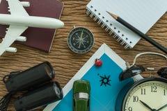 Conceito do planeamento do curso com avião, passaporte, compasso, binocu Foto de Stock Royalty Free