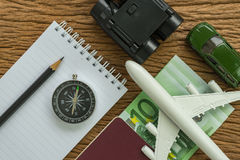 Conceito do planeamento do curso com avião, passaporte, compasso, binocu Foto de Stock