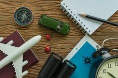 Conceito do planeamento do curso com avião, passaporte, compasso, binocu Imagem de Stock Royalty Free
