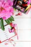 Conceito do planeamento para a menina ou a mulher com o estacionário cor-de-rosa e vermelho Imagem de Stock