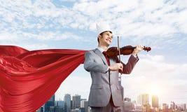Conceito do poder e do sucesso com super-her?i do homem de neg?cios na cidade grande imagens de stock royalty free