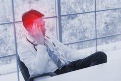 Conceito do problema de saúde dos povos do esforço: pessoa da dor de cabeça da cara da dor fotos de stock