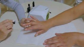 Conceito do processo do tratamento de mãos Lâmpada UV, conduzida video estoque