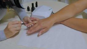 Conceito do processo do tratamento de mãos Lâmpada UV, conduzida filme