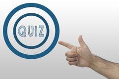 Conceito do questionário Mão masculina do ` s que aponta a um círculo com texto: Questionário imagens de stock