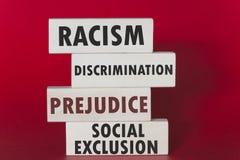 Conceito do racismo, da discriminação, do preconceito e da exclusão social fotografia de stock