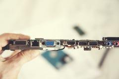 Conceito do reparo do computador da mão do homem fotografia de stock