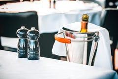 conceito do restaurante do vinho da garrafa da pimenta de sal da Ainda-vida Fotografia de Stock Royalty Free
