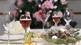 Conceito do restaurante Tabela da festa do ano novo e do Feliz Natal bolhas do champanhe no vidro Prato de fruto cortado, queijo filme