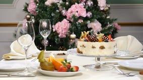Conceito do restaurante Tabela da festa do ano novo e do Feliz Natal O garçom nas luvas abre e fecha então o prato de vidro com a filme