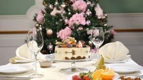 Conceito do restaurante Tabela da festa do ano novo e do Feliz Natal O garçom nas luvas abre e fecha então o prato de vidro com a vídeos de arquivo