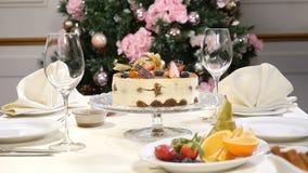 Conceito do restaurante Tabela da festa do ano novo e do Feliz Natal O garçom nas luvas abre e fecha então o prato de vidro com a video estoque