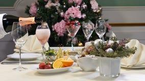 Conceito do restaurante Tabela da festa do ano novo e do Feliz Natal O garçom nas luvas derrama o champanhe fora da garrafa corta video estoque