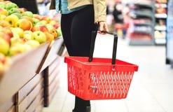 Conceito do retalho, da venda e da consumição Cliente no supermercado imagem de stock royalty free