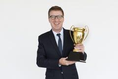 Conceito do retrato do sucesso de Smiling Happiness Trophy do homem de negócios Imagens de Stock