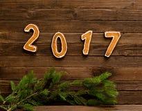 Conceito do `s do ano novo Figura 2017 do pão-de-espécie, ramo do abeto em um fundo de madeira Fotografia de Stock Royalty Free
